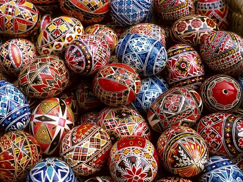 Прекрасен праздник Пасхи, прекрасны ее обычаи- куличи и крашенные яйца, крестный ход, обычай