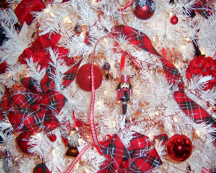Белая елка с красными украшениями   Обои для рабочего стола