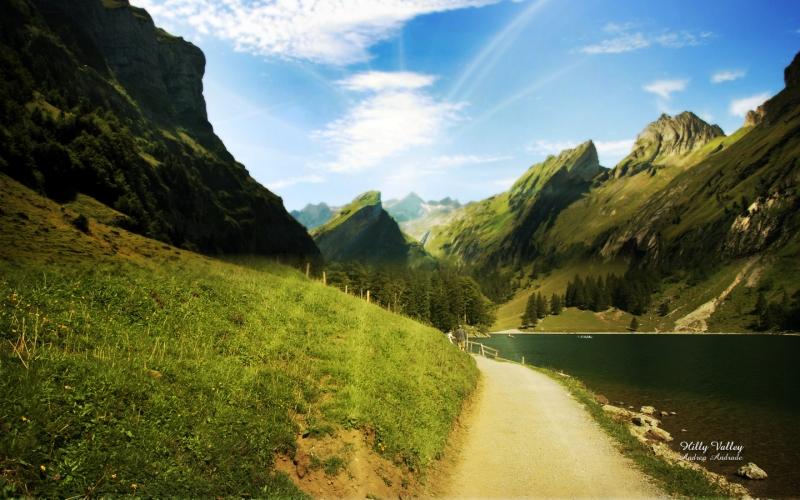 Дорога вдоль реки в горах
