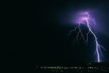 В США удар молнии стал причиной ранений 7 человек: ЧП произошло в штате Флорида.